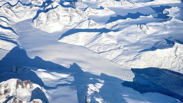 昼間は白い雪に覆われた山 無料写真