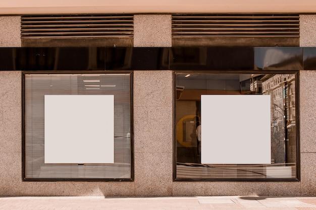 Белый квадратный плакат на окне Premium Фотографии