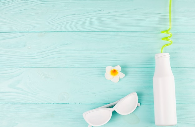 White sunglasses and bottle with straw Free Photo