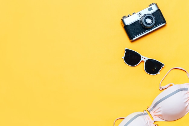 White sunglasses and swimsuit Premium Photo