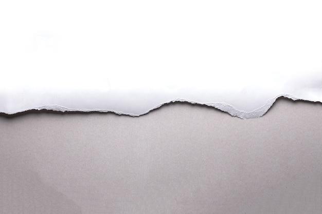 Белая рваная бумага на сером фоне. сбор бумаги разорвать Premium Фотографии