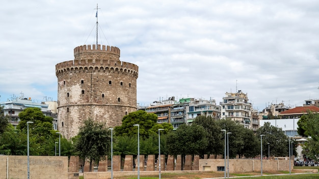 White tower of thessaloniki with walking people in front of it Free Photo