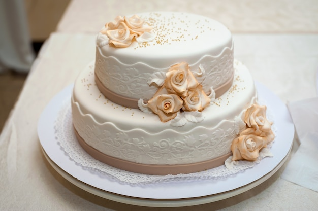 White wedding cake with flowers. dessert for guests. Premium Photo