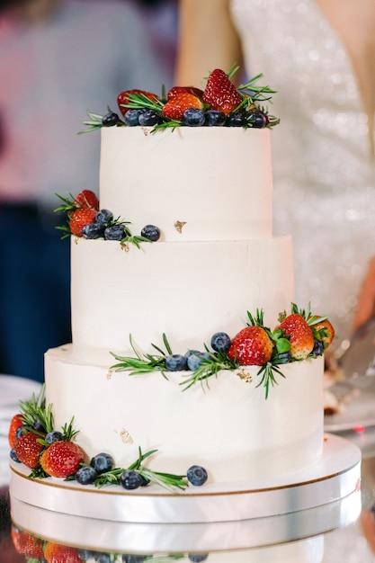White wedding cake with fruit Premium Photo