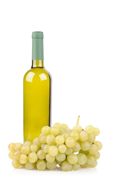 Бутылка белого вина и виноград, изолированные на белом фоне Бесплатные Фотографии