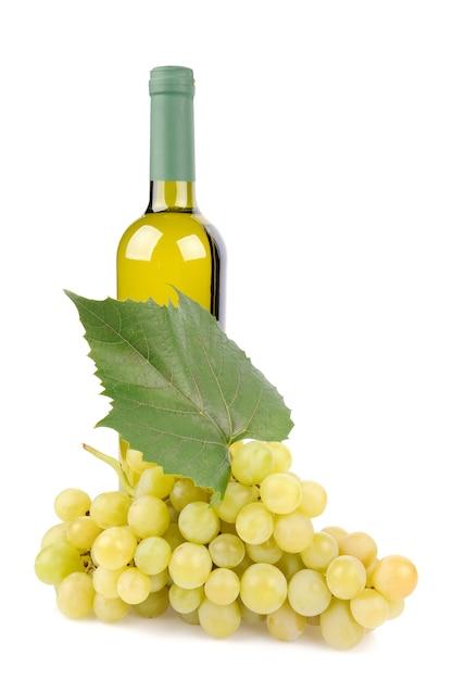 白ワインボトルと白で分離されたブドウ 無料写真