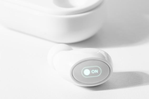 ケース付きの白いワイヤレスイヤフォン 無料写真
