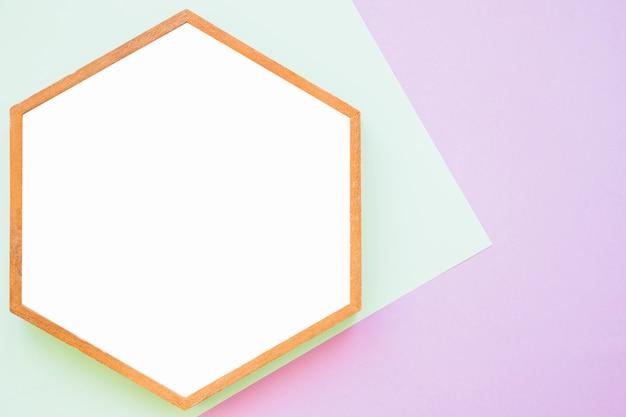 Белая деревянная рамка на зеленом и розовом фоне Бесплатные Фотографии