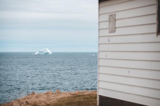 Casa in legno bianca vicino al mare Foto Gratuite