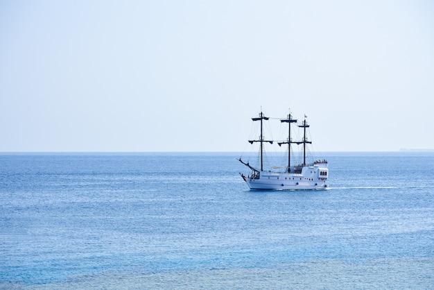 海岸に沿って航海する白いヨット Premium写真