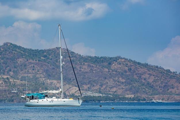 Белая яхта с горами. Бесплатные Фотографии