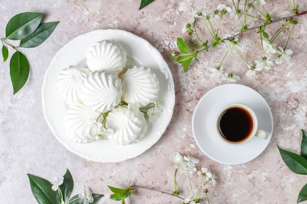 Белый зефир, вкусный зефир с весенними цветущими цветами, вид сверху Бесплатные Фотографии
