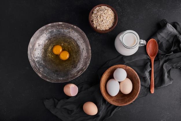 木製および金属板の全卵と卵黄。 無料写真