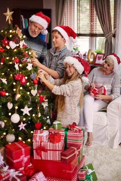Украшать елку всей семьей Бесплатные Фотографии