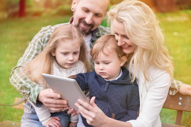 家族全員が無料のインターネットを楽しんでいます 無料写真