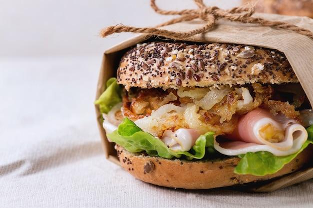 Whole grain bagel Premium Photo