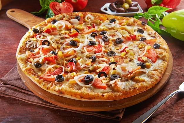 Вся итальянская пицца на деревянный стол с ингредиентами Premium Фотографии