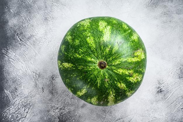 熟した緑色のスイカ全体 Premium写真