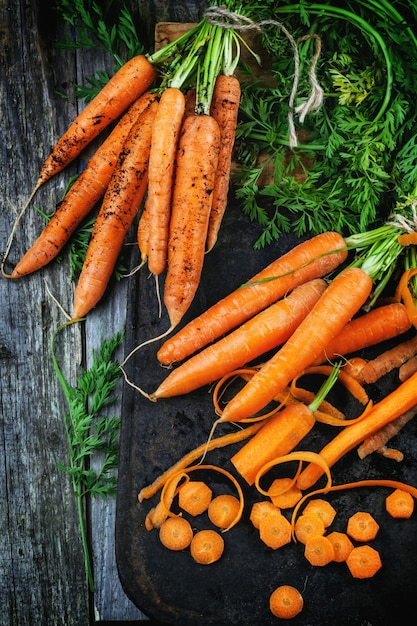 Whole and sliced carrots Premium Photo