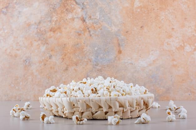 Cesto di vimini di popcorn salato per la serata al cinema su sfondo bianco. foto di alta qualità Foto Gratuite
