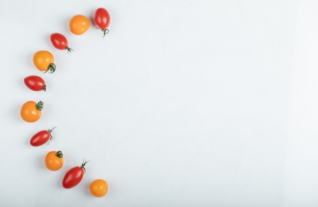 Wide angle gleaming red and yellow tomatoes on white background. high quality photo Free Photo