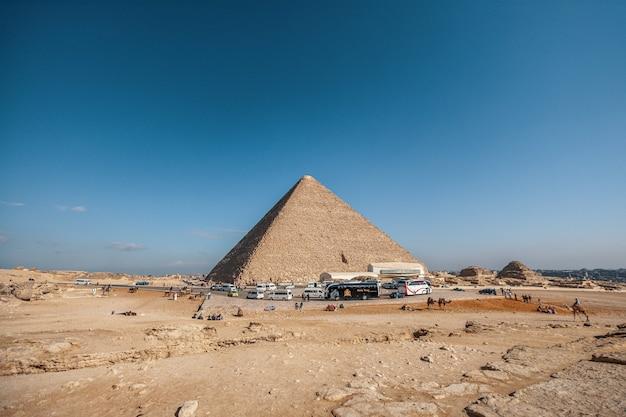 Colpo grandangolare di una piramide egizia sotto un cielo blu chiaro Foto Gratuite