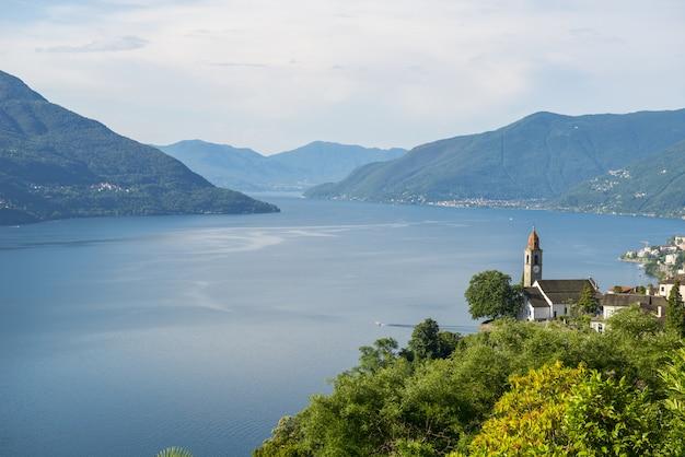木々や山々に囲まれた湖の広角ショット 無料写真