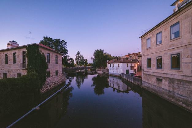 建物に囲まれた街を流れる川の広角ショット 無料写真