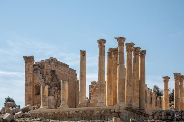 ヨルダンのジェラシュにある塔のある古代の建物の広角ショット 無料写真
