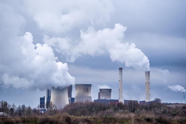Colpo grandangolare di fumo bianco che esce dalle centrali nucleari Foto Gratuite