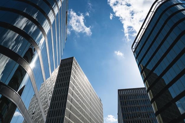 유약 및 콘크리트 외관이있는 여러 사무실 건물의 넓은 각도보기 프리미엄 사진