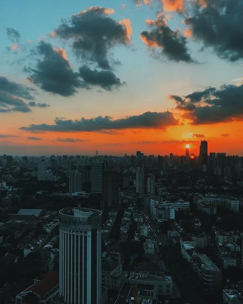 都市建築と日没時のスカイラインの広く美しいショット 無料写真