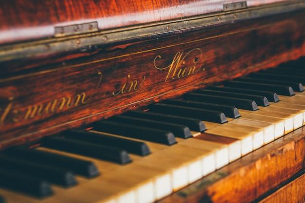 Широкий крупным планом выстрел из коричневой фортепианной клавиатуры Бесплатные Фотографии