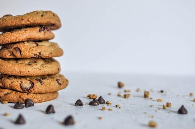 焼きたてのチョコレートクッキーのスタックの幅広い選択的なクローズアップショット 無料写真