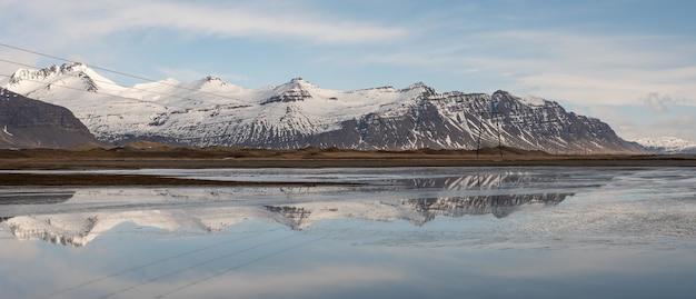 Campo ampio di un bellissimo paesaggio islandese Foto Gratuite