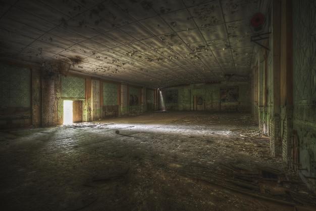 빈티지 하우스에서 큰 방의 와이드 샷 무료 사진
