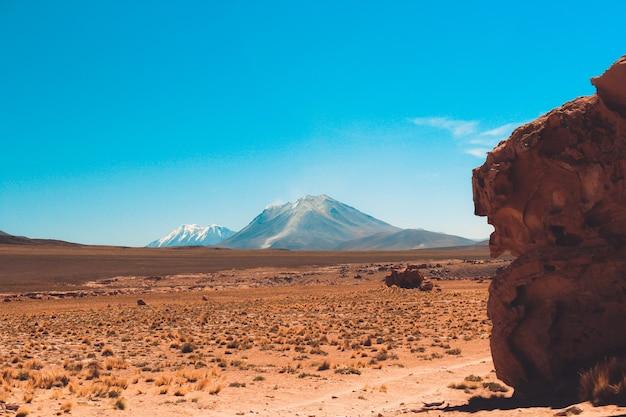 崖と晴れた日の澄んだ青い空と砂漠の山のワイドショット 無料写真