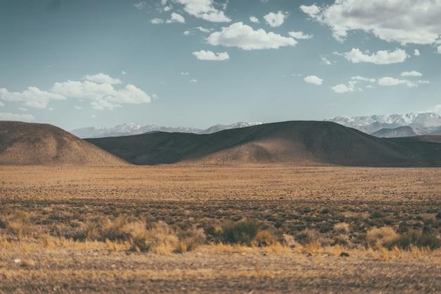 丘と山の砂漠の谷のワイドショット 無料写真