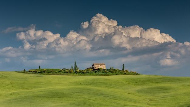 발 도르 시아 토스카나 이탈리아에서 녹색 언덕의 와이드 샷 무료 사진