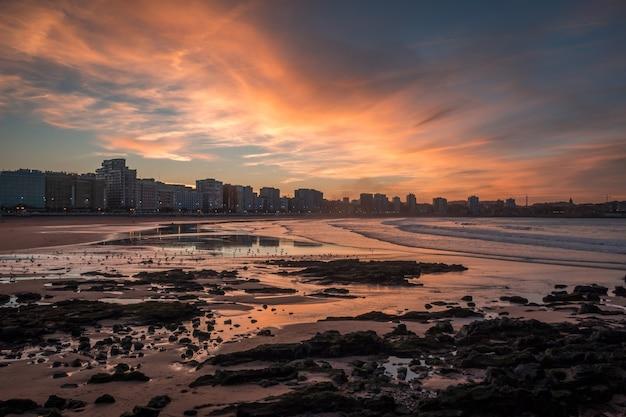 Общий вид городских зданий на берегу моря в хихоне Бесплатные Фотографии