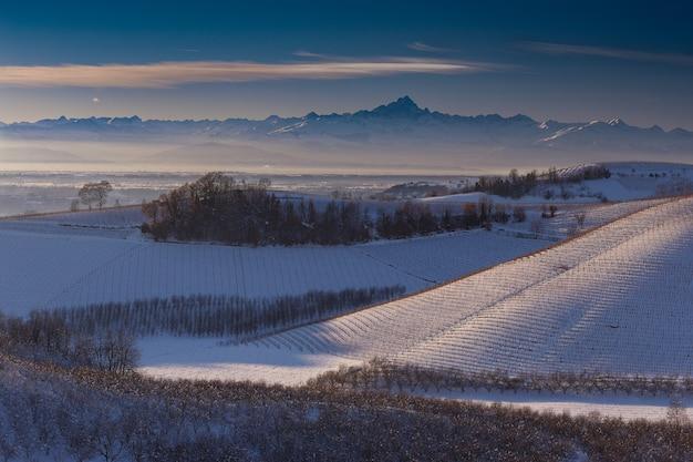 ランゲピエモンテイタリアの雪で覆われた丘のワイドショット 無料写真