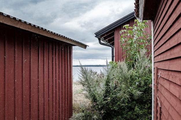 Широкий выстрел из маленьких металлических домиков на берегу моря Бесплатные Фотографии