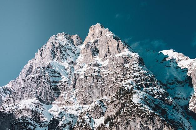 Campo lungo di una parte di una catena montuosa sottostante in inverno Foto Gratuite