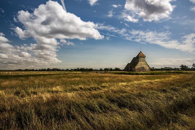Ripresa a tutto campo del thomas a becket chiesa a fairfield su romney marsh, kent, regno unito Foto Gratuite