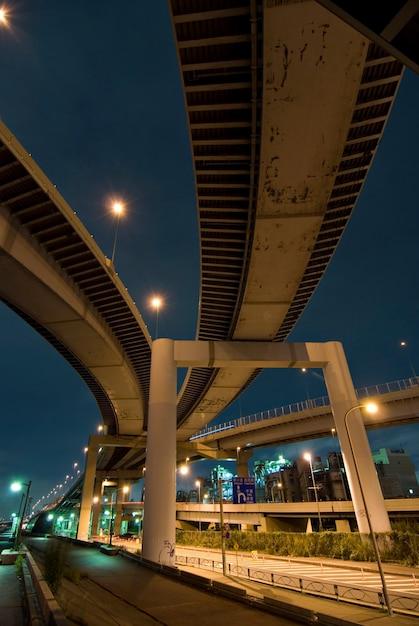 Широкоугольное ночное изображение колодца и хорошо организованных городских дорог в японии недалеко от набережной реки аракава, токио, япония Premium Фотографии