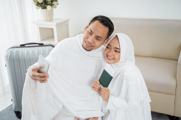 妻と夫の白い伝統的な服selfie Premium写真