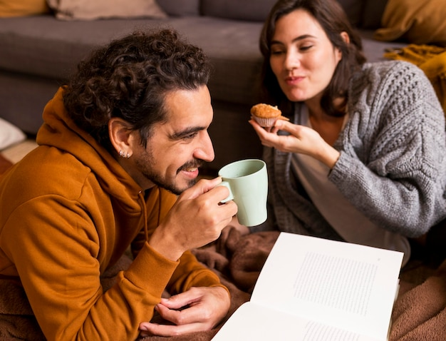 Жена и муж проводят время вместе в помещении Бесплатные Фотографии