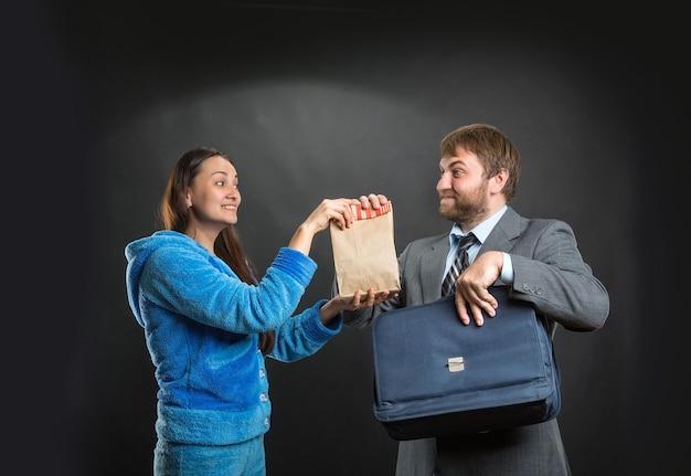 夫にスナック入りパックを与える妻 Premium写真
