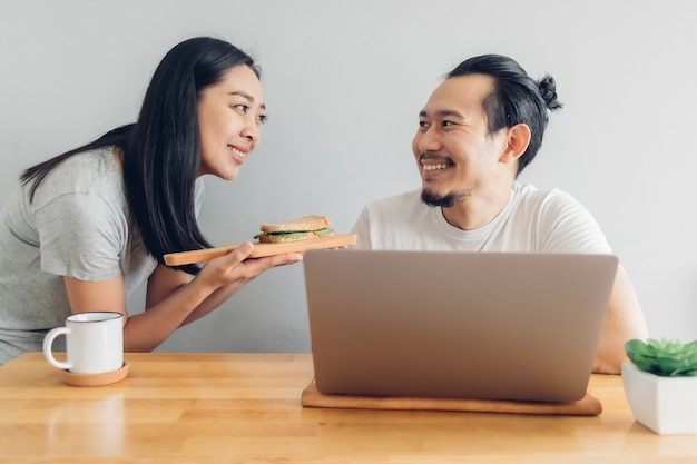 妻は自宅でのコンセプトワークで夫の世話をしています。 Premium写真