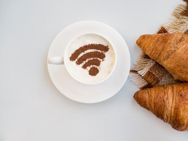 クロワッサンとカップのwifiシンボル 無料写真